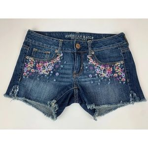 American Eagle embroidered floral jean shorts 🌸